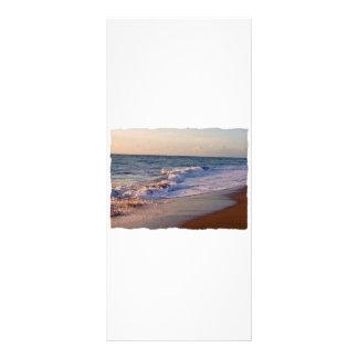 Salida del sol a lo largo de ondas picadas de la p tarjeta publicitaria personalizada