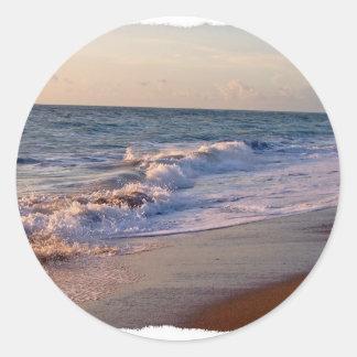 Salida del sol a lo largo de ondas picadas de la pegatina redonda