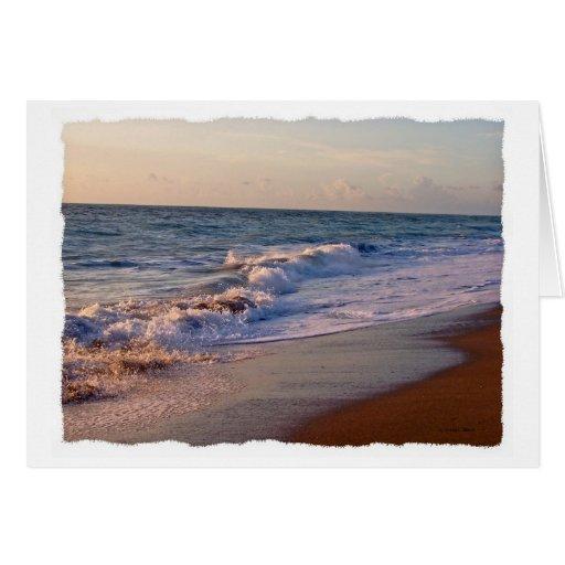 Salida del sol a lo largo de ondas picadas de la tarjeta pequeña