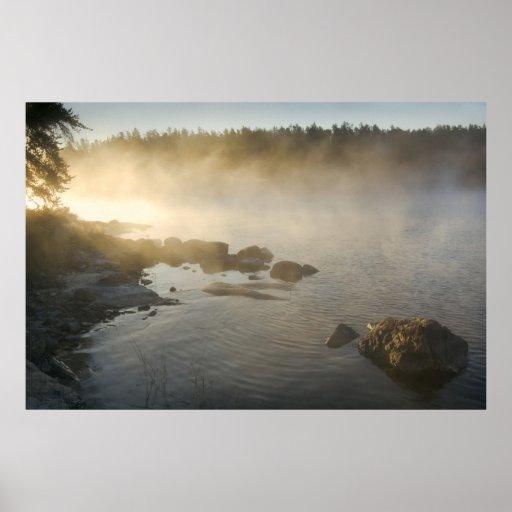 Salida del sol a través de la niebla en la bahía d posters