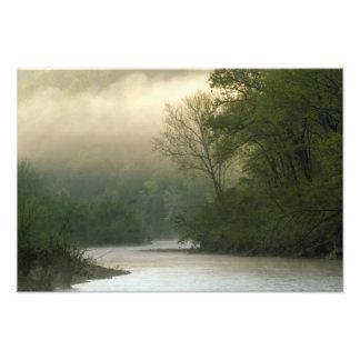 Salida del sol a través de la niebla vista de pen¢ fotografías