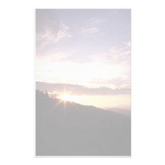 Salida del sol ahumada de la montaña papelería
