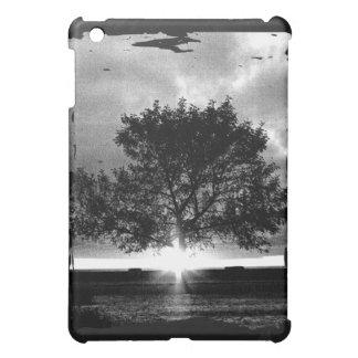 Salida del sol blanco y negro con el árbol