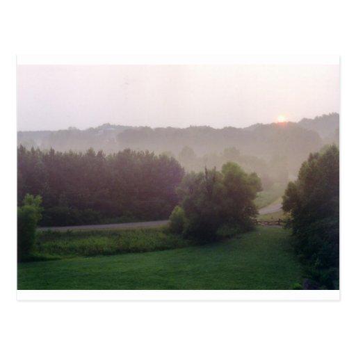 Salida del sol brumosa de la mañana postales
