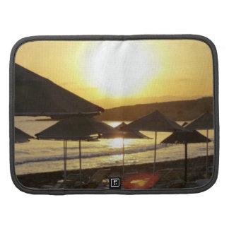 Salida del sol con la playa de Grecia Planificadores