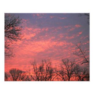 Salida del sol con las nubes vivas fotografías