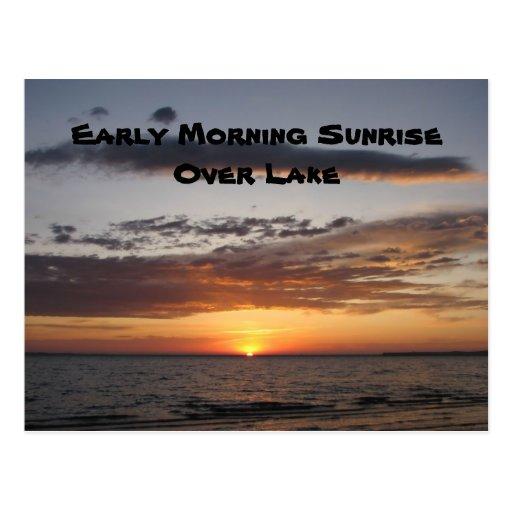 Salida del sol de la madrugada sobre el lago tarjetas postales