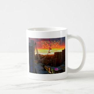 Salida del sol de la noria del gran apostador en taza de café