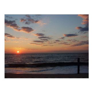 Salida del sol de la playa tarjetas postales