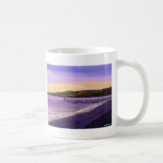 Salida del sol de la playa taza básica blanca