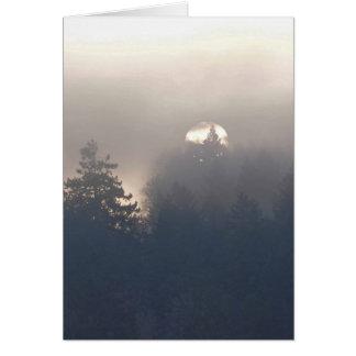 Salida del sol de niebla en el gran noroeste tarjeta de felicitación