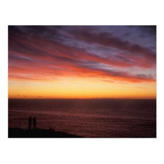 Salida del sol de observación de la isla de postal