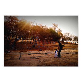 Salida del sol de observación del padre y del hijo fotografias