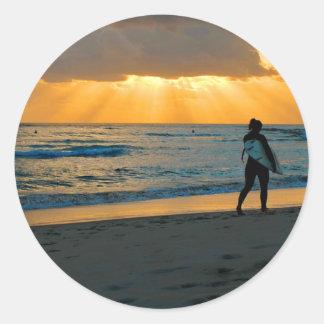 Salida del sol de oro en la playa