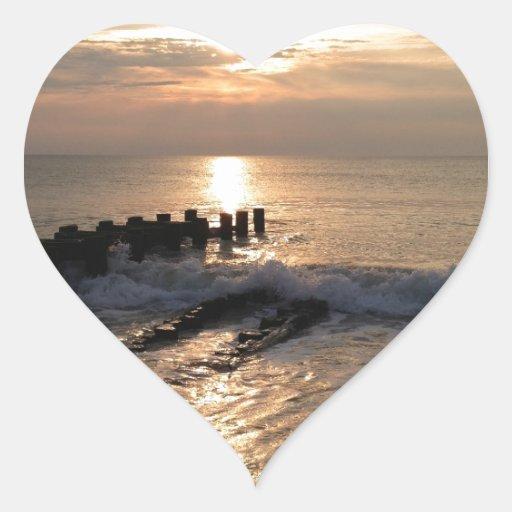 Salida del sol del embarcadero pegatina en forma de corazón