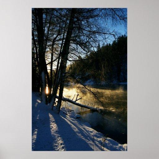 Salida del sol del invierno del río de la mañana póster
