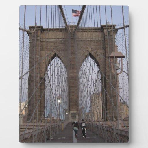 Salida del sol del puente de Brooklyn NYC el Noche Placa Para Mostrar