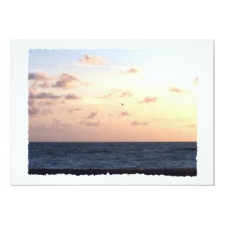 Salida del sol en colores pastel sobre la gaviota invitación