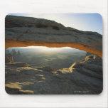 Salida del sol en el arco del Mesa Alfombrilla De Raton