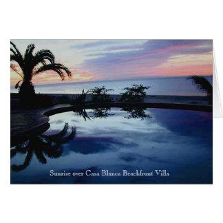 Salida del sol en el chalet frente al mar del tarjeta de felicitación