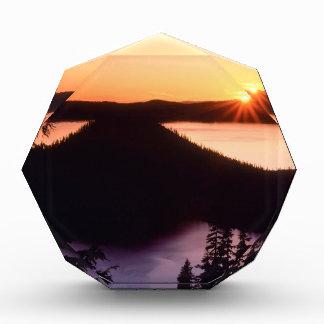 Salida del sol en el cráter Oregon de la isla del