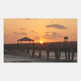 Salida del sol en el embarcadero de la playa de rectangular pegatinas