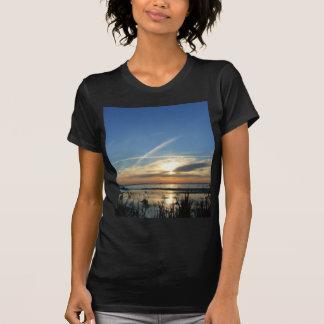 Salida del sol en el lago camiseta