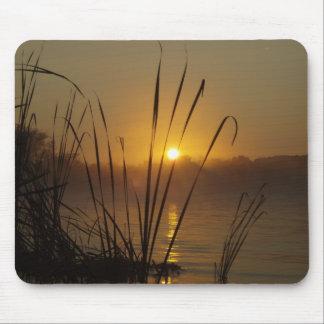 Salida del sol en el lago tapetes de ratón