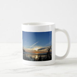 Salida del sol en el lago taza de café