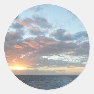 Salida del sol en el paisaje marino del pastel del pegatina redonda