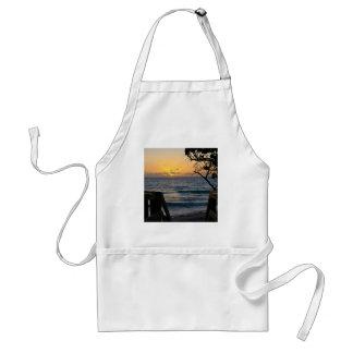 Salida del sol en el paseo marítimo delantal