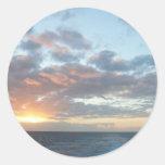 Salida del sol en el pegatina del mar