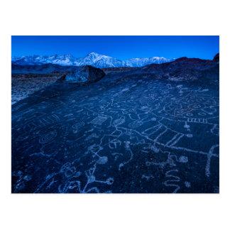 Salida del sol en el petroglifo y Sierra Nevada de Tarjetas Postales