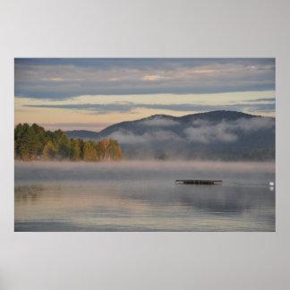 Salida del sol en el poster azul del lago mountain