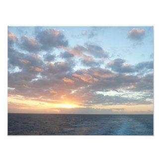 Salida del sol en la impresión de la foto del mar