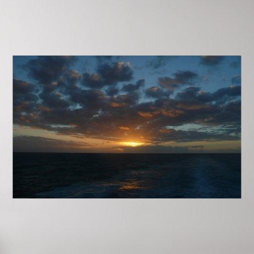 Salida del sol en la impresión del mar poster