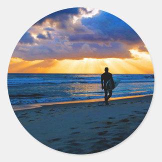 Salida del sol en la playa pegatina redonda