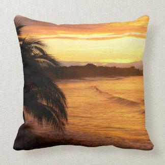 Salida del sol en la playa tropical de las zonas cojín