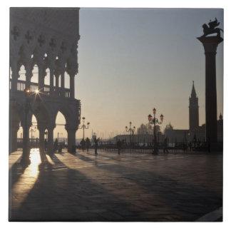 Salida del sol en la plaza San Marco Azulejo Cuadrado Grande