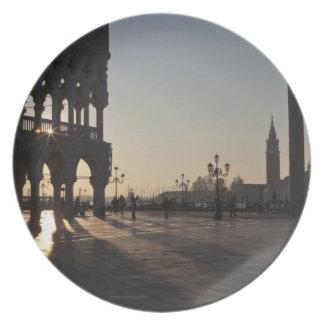 Salida del sol en la plaza San Marco Platos De Comidas