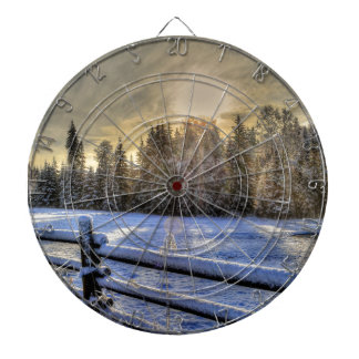 Salida del sol en un pasto del invierno en nieve tablero de dardos