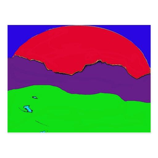 Salida del sol feliz sobre la postal de las montañ