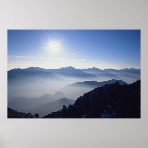 Salida del sol hermosa de la montaña poster