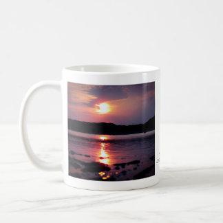 Salida del sol hermosa de la playa tazas
