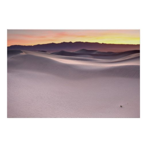 Salida del sol hermosa sobre las dunas de arena de impresiones