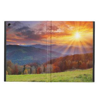 Salida del sol majestuosa en el paisaje de las mon