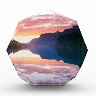 Salida del sol Noruega de Strynsvatnet del lago