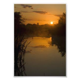 Salida del sol por un lago impresion fotografica