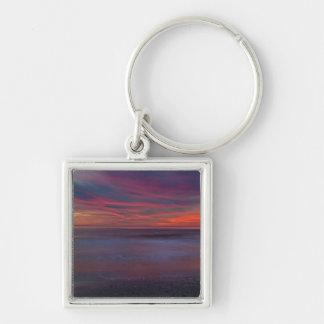 salida del sol Púrpura-coloreada en orilla del océ Llavero Personalizado