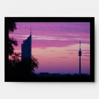 Salida del sol púrpura rosada en Viena Austria Sobres